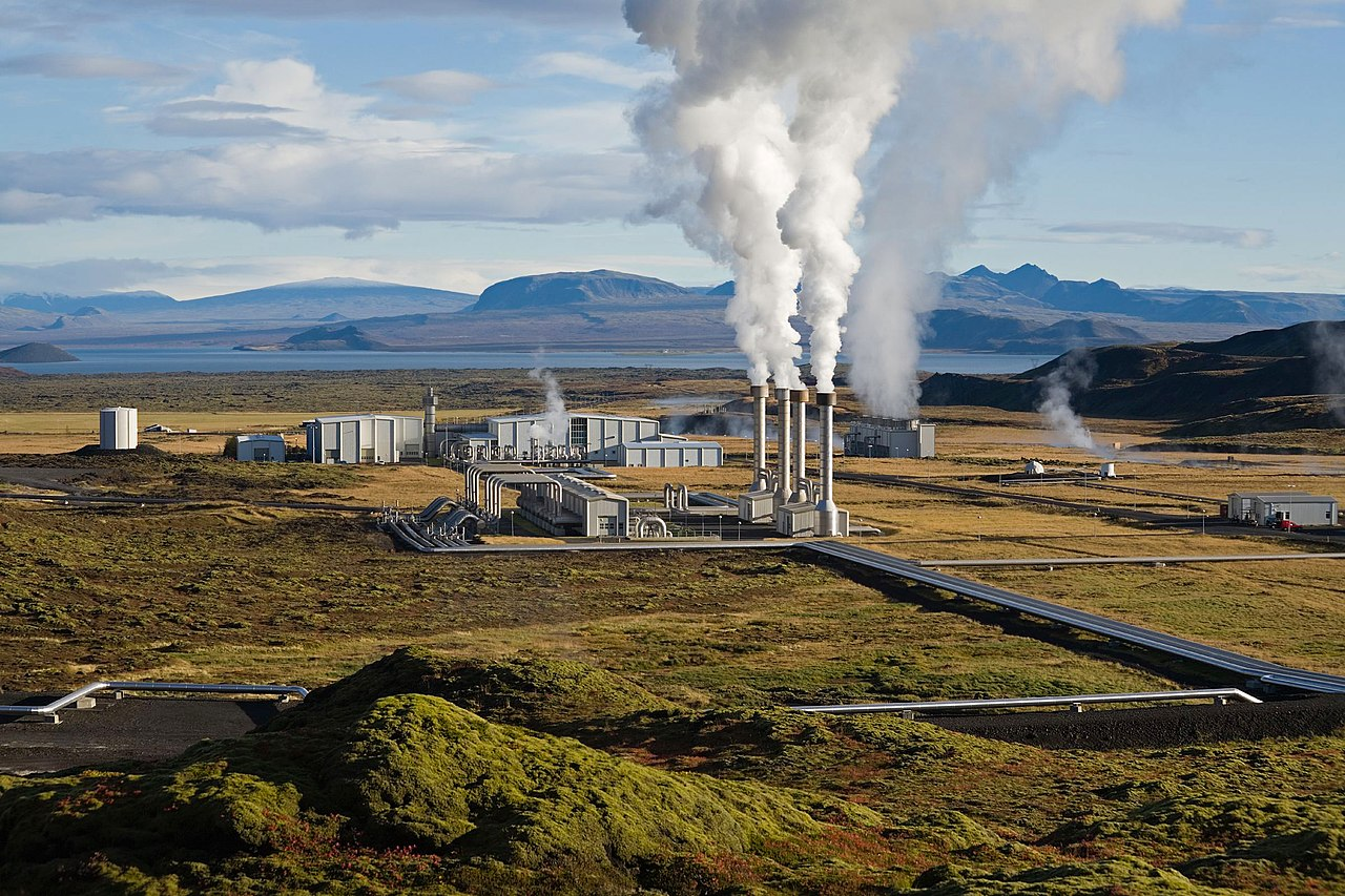 Impianto geotermico: Photocredit: Wikipedia, Di Gretar Ívarsson – Edited by Fir0002 - Gretar Ívarsson, geologist at Nesjavellir